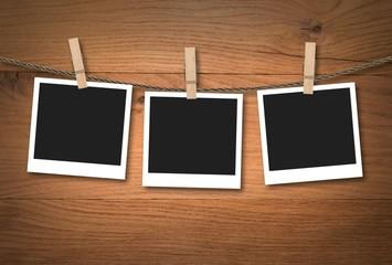 Polaroid Fotos auf Holzhintergrund