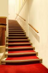 Treppe aus Stein und roter Teppich, Hintergrund Treppenaufang