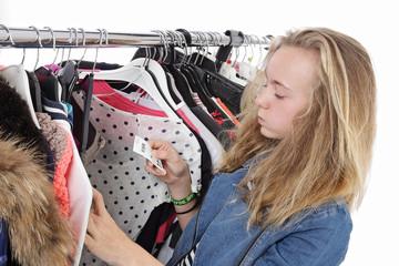 jeune fille faisant du shopping