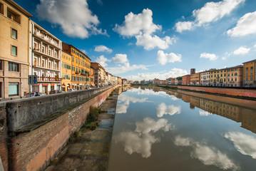 Veduta Lungarno Mediceo Pisa, cielo nuvole riflessi sul fiume