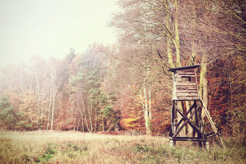 Autocollant pour porte Chasse Retro filtered photo of a hunting pulpit on the edge of forest and field