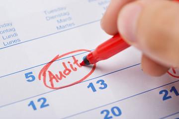 Fototapete - Hand Marking Audit On Calendar
