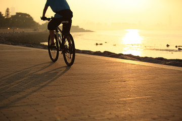 fietsen bij zonsopgang aan zee