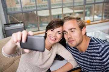 modernes junges paar macht ein handy-foto