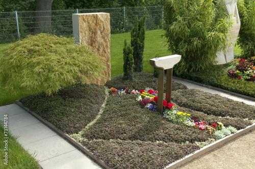 grabbepflanzung gruener faecherahorn fiederpolster stockfotos und lizenzfreie bilder auf. Black Bedroom Furniture Sets. Home Design Ideas