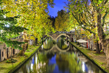 Fototapete - Double arc bridge across canal in the center of Utrecht