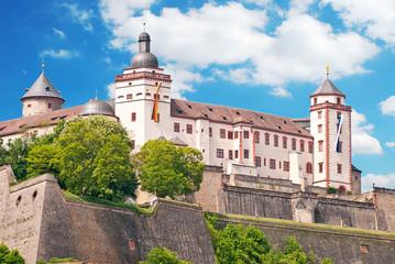 Festung Marienberg trutzig über der Frankenmetropole Würzburg Fototapete