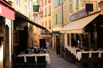 Fototapete - Café on a narrow street in Cannes