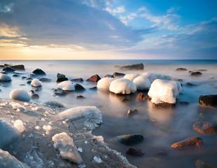 Morska plaża skuta lodem