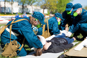 Paramedic succor a woman with brain injury and broken leg