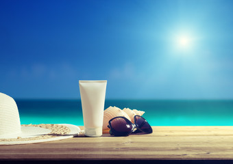 Fotomurales - Sun lotion and sunglasses on the beach