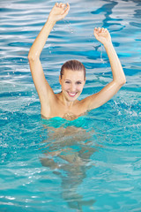 Glückliche Frau badet im Pool