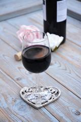 Wall Mural - glas rode wijn op houten tafel met hart decoratie en roosjes
