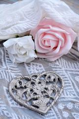 Wall Mural - Decoratie van roosjes en een metalen hart