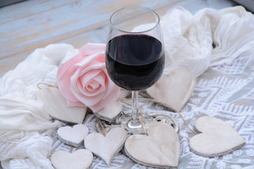Wall Mural - houten hart decoratie met roze roos en glas wijn