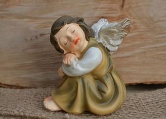 Träumender Engel auf Holz
