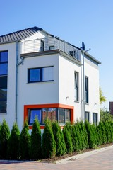 Zweistöckiges Wohnhaus, originelles Fensterdesign