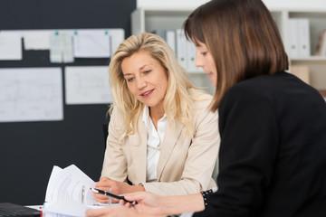 zwei geschäftsfrauen in einer besprechung am schreibtisch