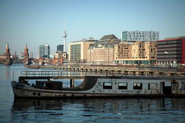 Spreeufer mit Boot in Berlin