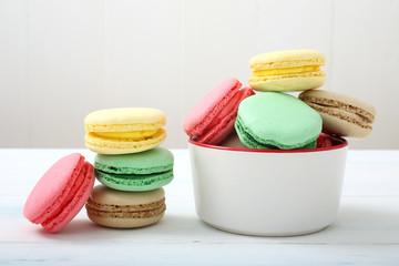 dessert meringa colorata con crema