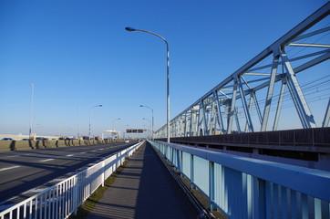 湾岸道路と鉄橋