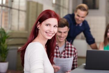 lächelnde studentin arbeitet in einer gruppe