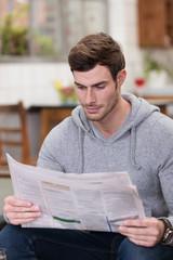mann liest die stellenanzeigen in der zeitung