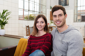 modernes junges paar zu hause