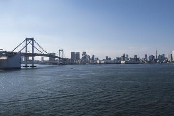 東京湾の風景 港区エリアとレインボーブリッジ
