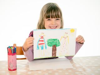Kind zeigt ein gemaltes Bild