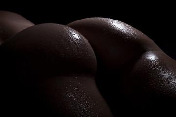 Nackter sexy Frauen Hintern voller Wassertropfen