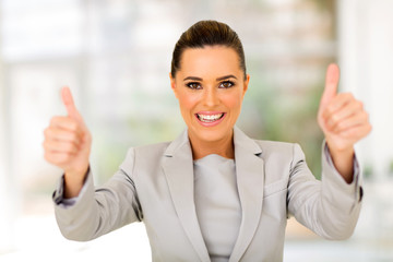 Fototapete - businesswoman giving thumbs up