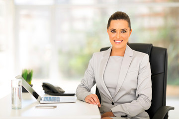 Fototapete - young business woman sitting in office