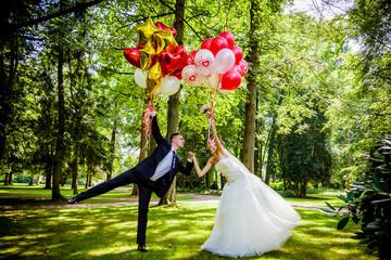 caucasian wedding couple with balloons