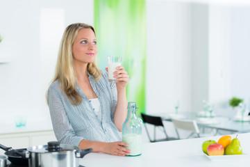 junge frau hält ein glas milch in der hand