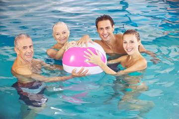 Familie mit Wasserball im Pool