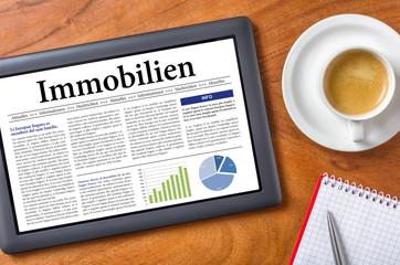 Tablet auf Schreibtisch - Immobilien
