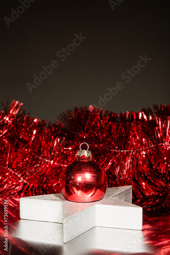 hintergrund weihnachtlich silber stern und rote deko stockfotos und lizenzfreie bilder auf. Black Bedroom Furniture Sets. Home Design Ideas