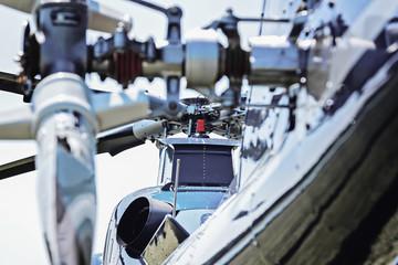 Zweimotoriger Hubschrauber aus Heckperspektive