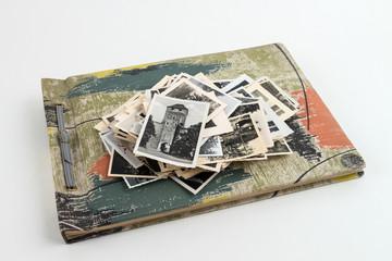 Fotoalbum Vintage mit Bilderhaufen oben
