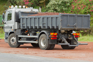 camion de chantier, benne remplie de scories rouges