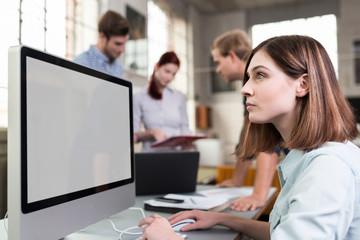 kreative junge designerin schaut auf pc-bildschirm