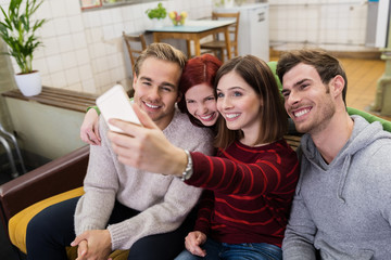 lachende freunde machen ein selfie von sich