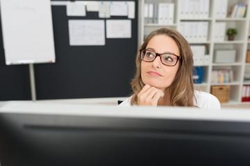 kreative frau arbeitet am computer