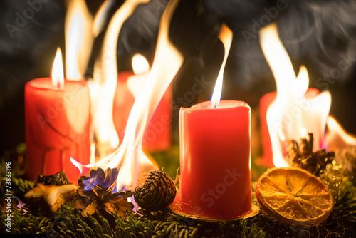 brennender adventskranz an weihnachten stockfotos und. Black Bedroom Furniture Sets. Home Design Ideas