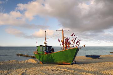 kuter rybacki na plaży Morza Bałtyckiego