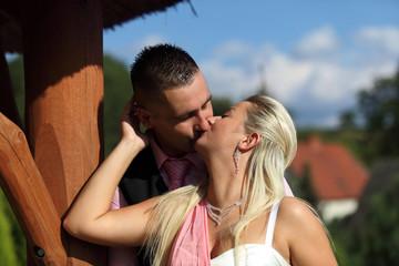 Obraz Dziewczyna i chłopak w czasie pocałunku. - fototapety do salonu