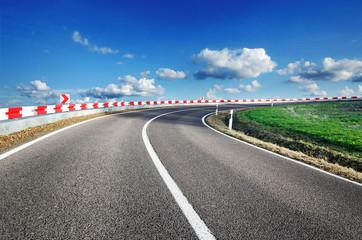 Wall Mural - Landstraße Gefahr Sicherheit Kurve mit Leitplanken