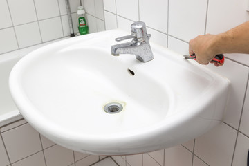 Silikon am Waschbecken entfernen - Sanierung
