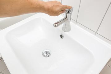 Wasserhahn mit einer Hand öffnen
